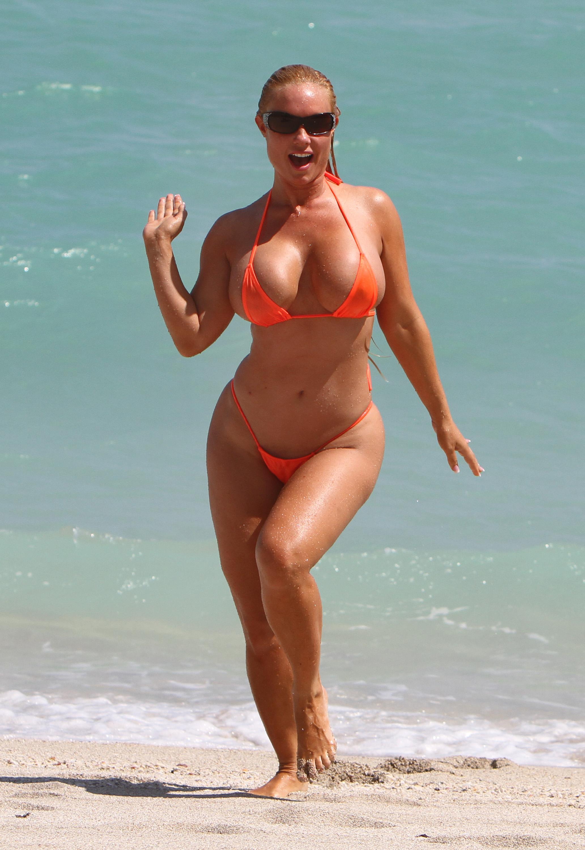 Женщина в 50 лет на пляже фото