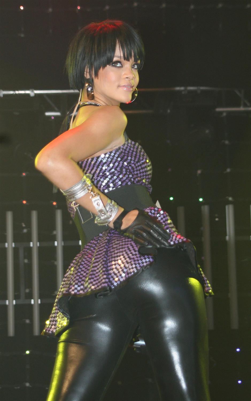 rihanna_hot_ass_in_tight_leather_pants_Vfya9O9.jpg
