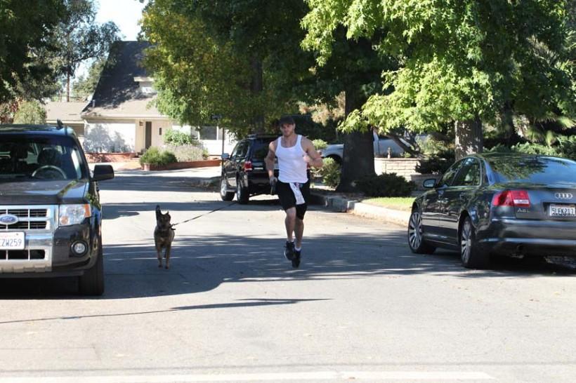 kellan-lutz-dog-run-workout-11122010-05-820x546.jpg