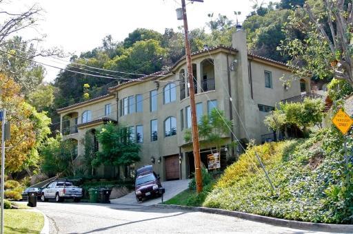 Her home in studio city  2008001.jpg