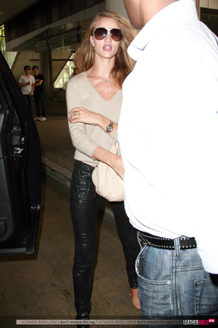 Rosie Huntington-Whiteley was spotted arriving back in LA leathergirlsblog-com- (13).jpg