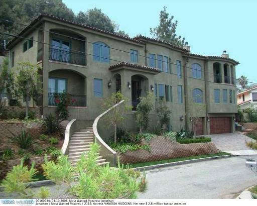 Her home in studio city  2008005.jpg