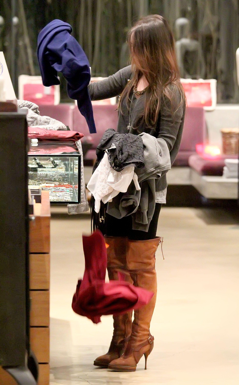 Tikipeter_Megan_Fox_shopping_at_Madison_boutique_018.jpg