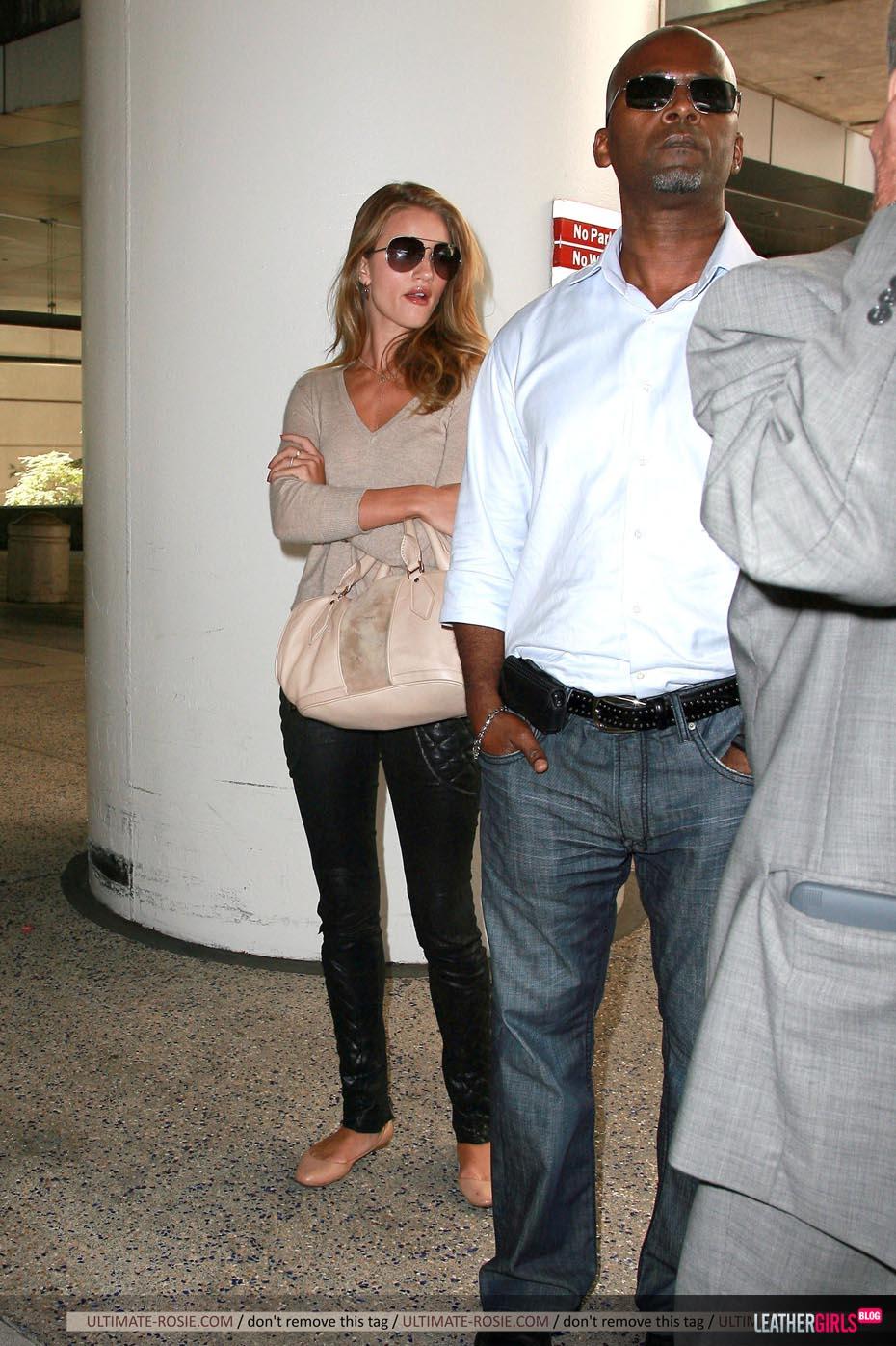 Rosie Huntington-Whiteley was spotted arriving back in LA leathergirlsblog-com- (10).jpg