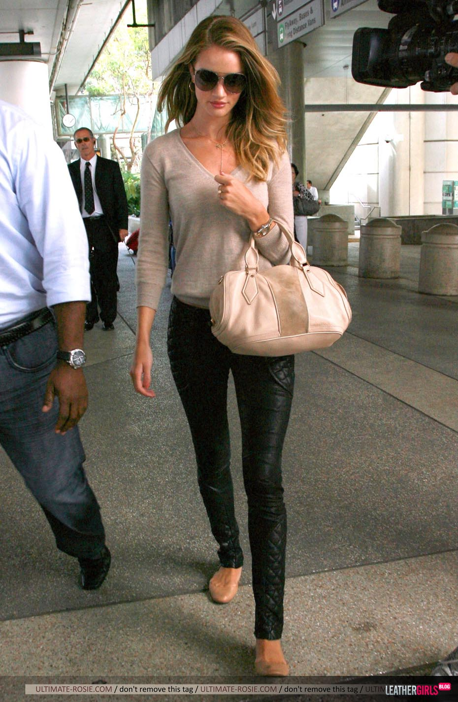 Rosie Huntington-Whiteley was spotted arriving back in LA leathergirlsblog-com- (3).jpg