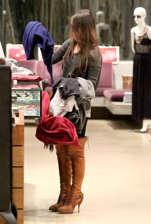 Tikipeter_Megan_Fox_shopping_at_Madison_boutique_017.jpg