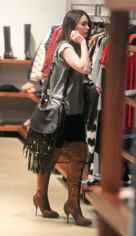 Tikipeter_Megan_Fox_shopping_at_Madison_boutique_001.jpg
