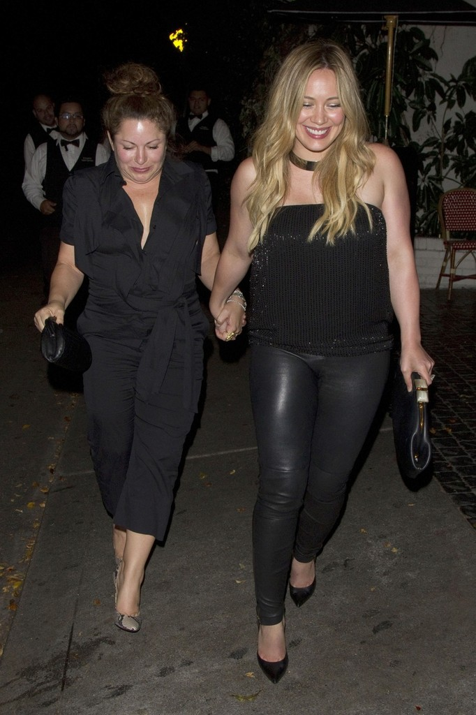 Hilary_Duff__enjoys_a_night_out_at_the_Chateau_Marmont__9_01_12_14_zibeno7.jpg