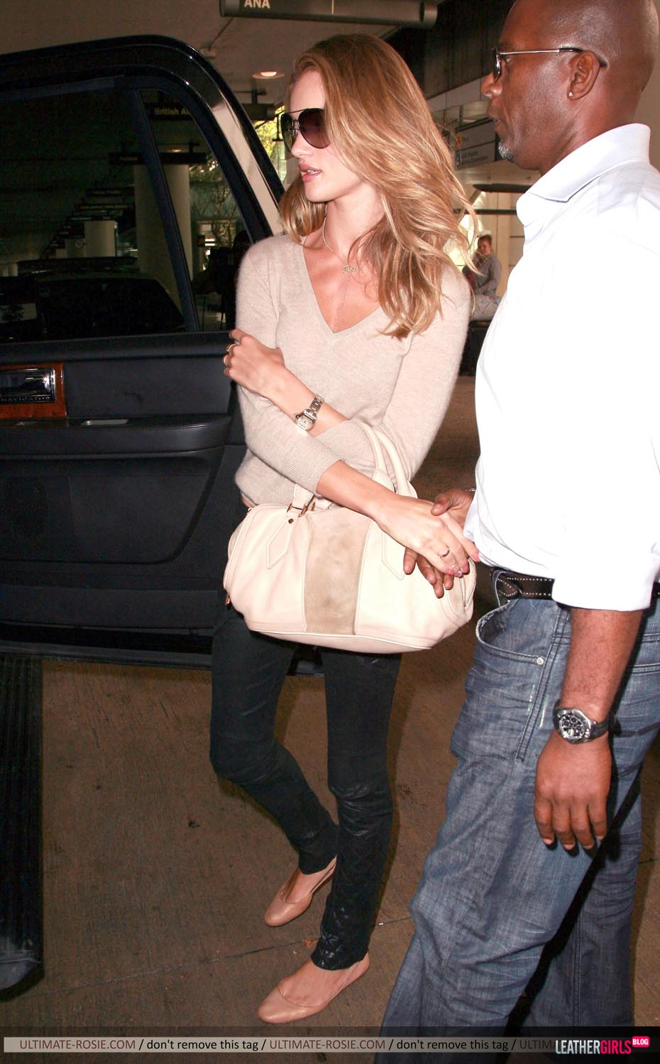 Rosie Huntington-Whiteley was spotted arriving back in LA leathergirlsblog-com- (16).jpg