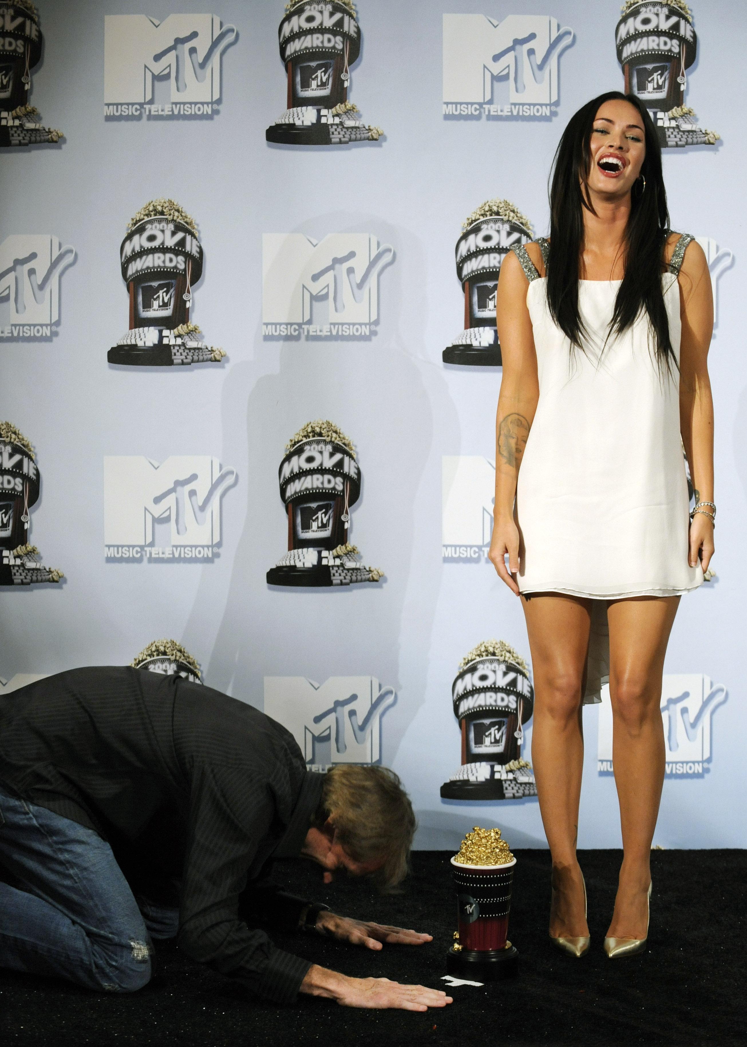 Megan_Fox___MTV_Movie_Awards_backstage__CU_ISA_010608_04_122_539lo.jpg