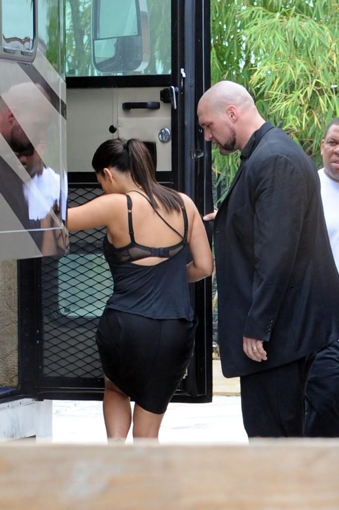 Kim+Kardashian+shows+off+figure+tight+black+pfQaqzBL5Iqx.jpg
