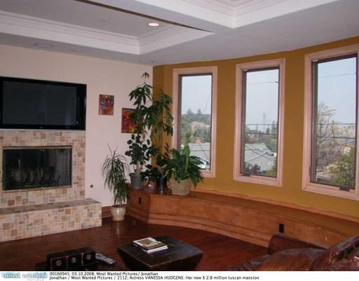 Her home in studio city  2008022.jpg