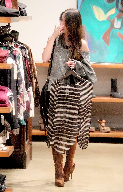 Tikipeter_Megan_Fox_shopping_at_Madison_boutique_002.jpg