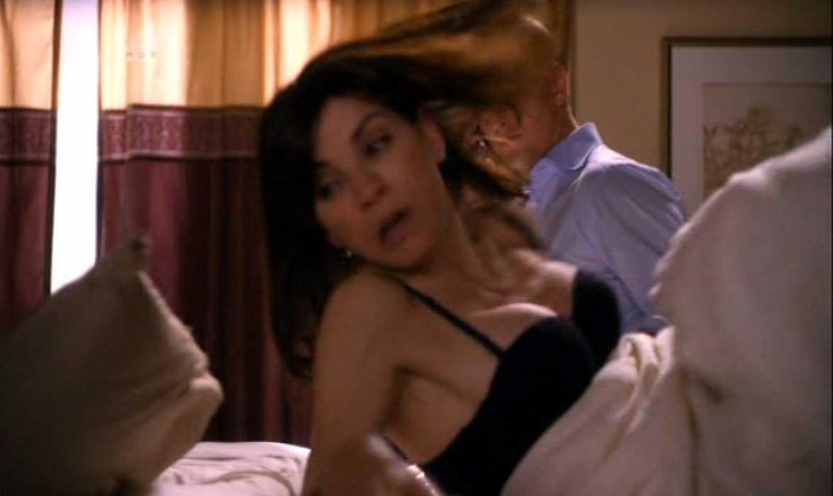 Julianna Margulies Cleavage The Good Wife (1).jpg