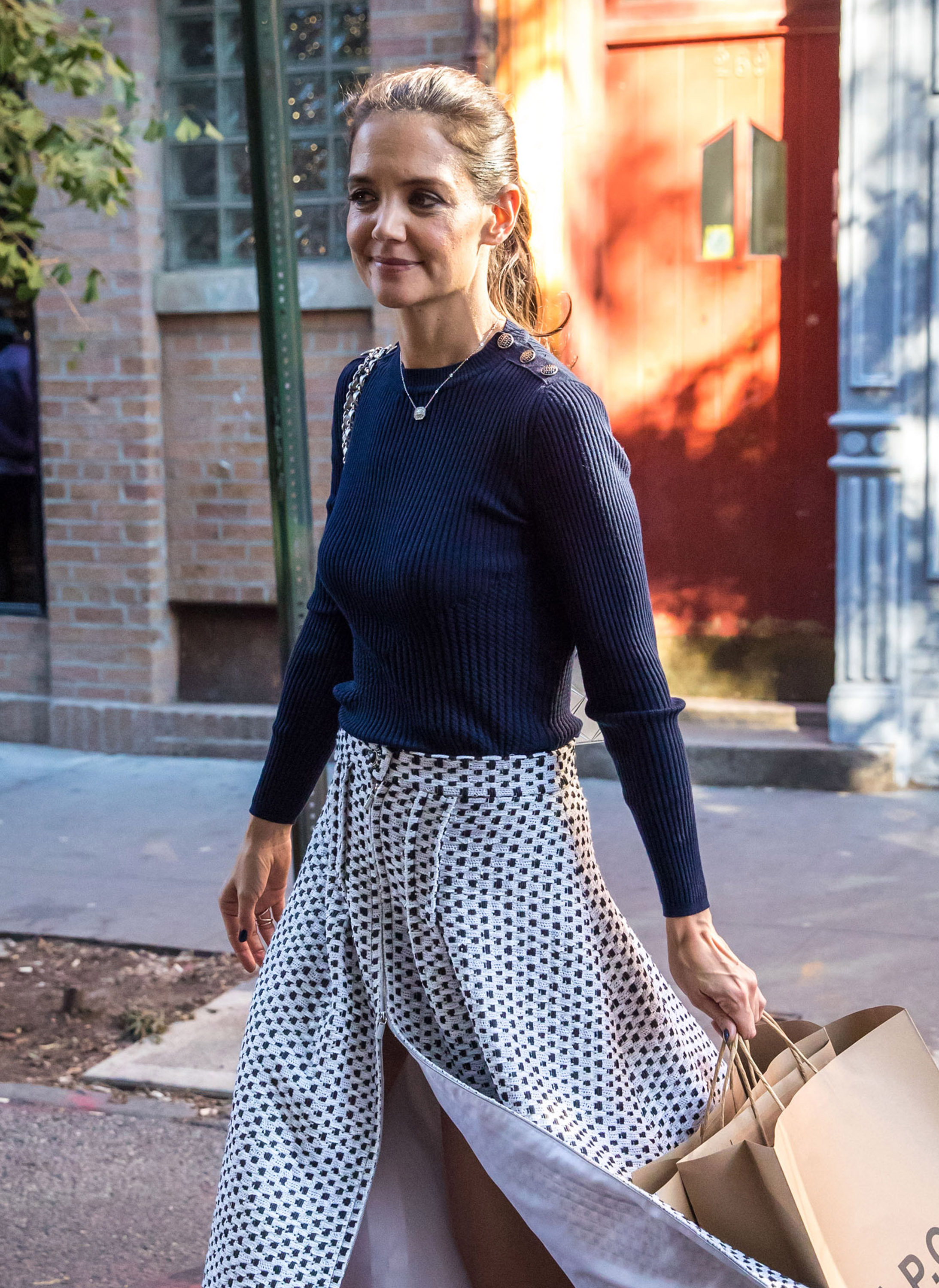 katie-holmes-shopping-in-the-west-village-nyc-102516-5.jpg